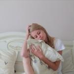 朝起きると腰が痛いのは筋肉が固い!?快適な目覚めの対策とは?